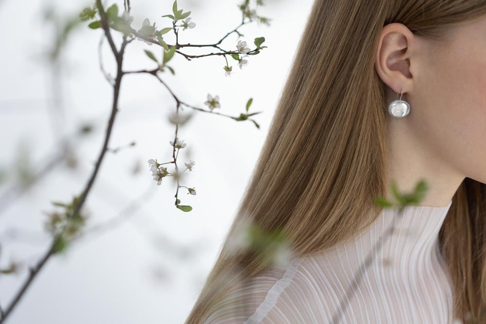 verba-sakura-earrings-rock-crystal-model-glide-on-wings